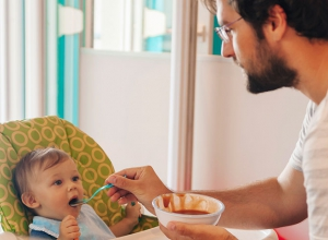 Observing infant gaze during feeding